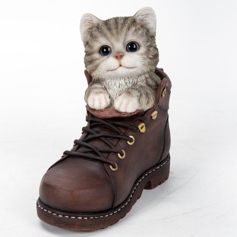 Котенок Коко в ботинке